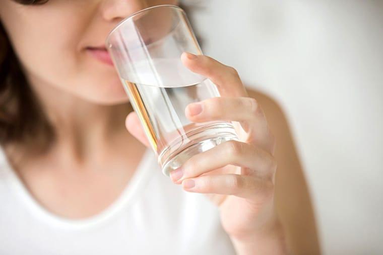 Uống gì lợi sữa? Nước là thành phần quan trọng của sữa mẹ