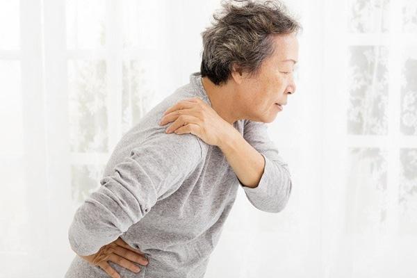 Sử dụng tinh dầu hỗ trợ giảm đau và khớp, rất tốt cho người già