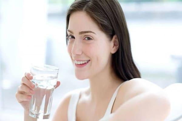 Mẹ cần bổ sung đủ nước hàng ngày sau khi sinh