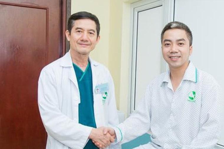 Bác sỹ ngoại khoa tiết niệu Phạm Huy Huyên thăm khám cho bệnh nhân