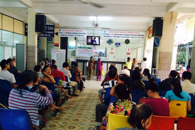 Người dân đến khám tại khoa khám bệnh của bệnh viện