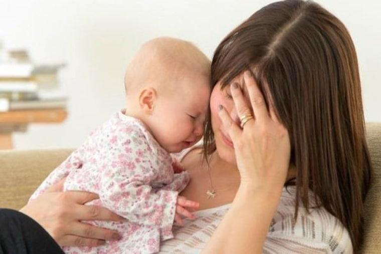 Dấu hiệu dễ nhận biết nhất chính là mẹ ít sữa hay không tiết ra được sữa cho bé bú