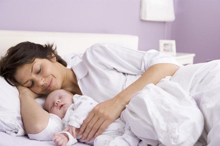 Chế độ nghỉ ngơi cũng ảnh hưởng đến việc tiết sữa của cơ thể mẹ