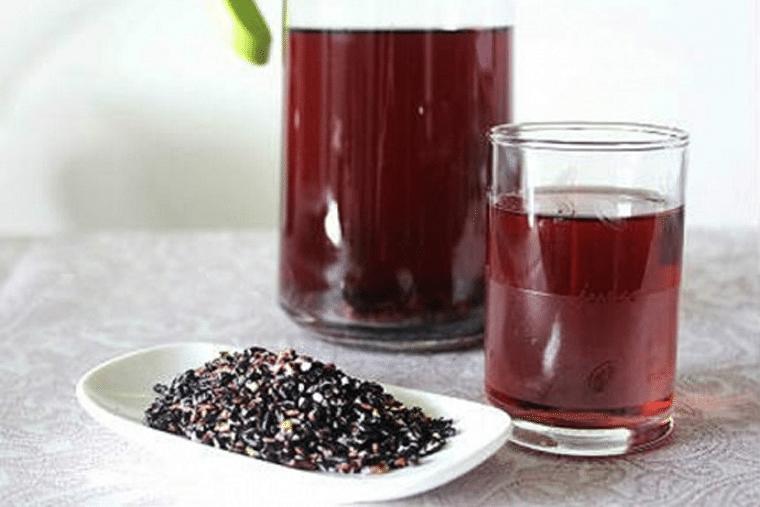Nước gạo lứt rang với hàm lượng vitamin và chất xơ cao sẽ giúp bạn cắt giảm mỡ máu, cholesterol xấu trong cơ thể