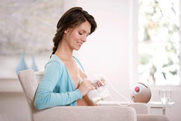 Sử dụng dụng cụ hỗ trợ vắt sữa để vắt sữa thừa