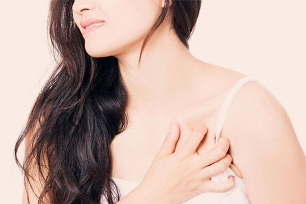 Thăm khám bác sĩ nến mẹ bị đau sưng vùng ngực nặng