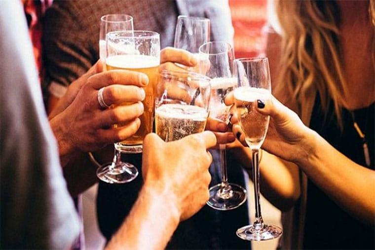 Mẹ sử dụng rượu bia, nước có ga có thể gây ảnh hưởng đến sức khỏe, chất và lượng của sữa
