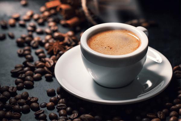 Cafein cũng có những ảnh hưởng rất xấu đến cơ thể của người mẹ như khó tiêu, đau đầu, mất ngủ