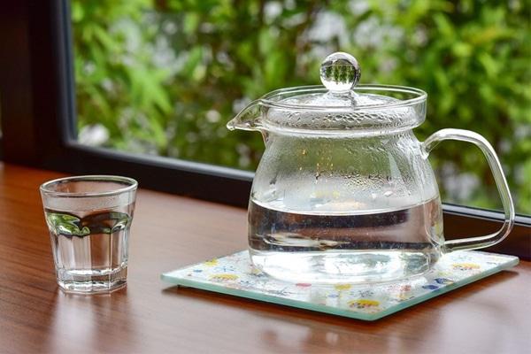 Nên dùng nước ấm để pha cốm lợi sữa