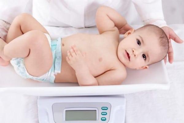 Bé bú thiếu sữa thường chậm phát triển