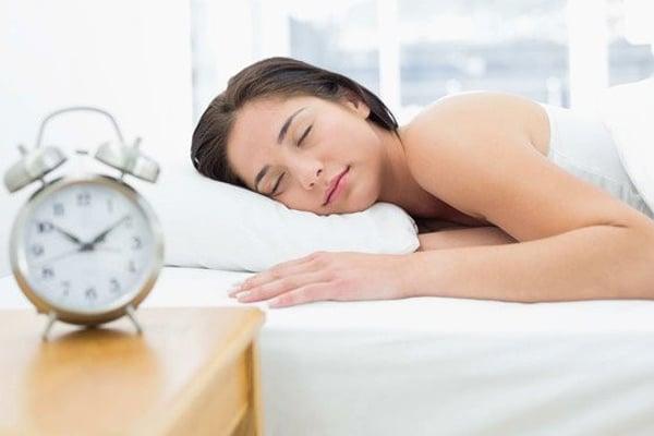 Ngủ đủ giấc để có tinh thần thoải mái và cải thiện khô âm đạo