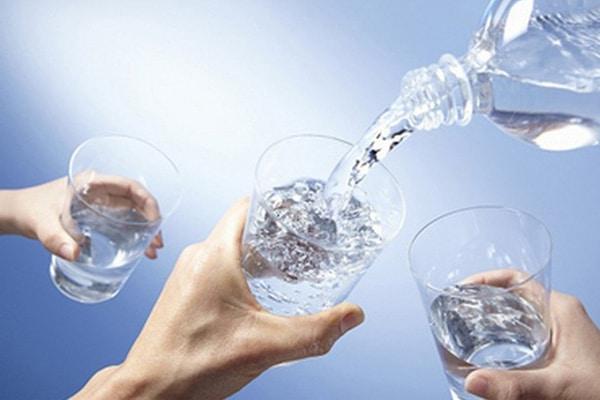 Làm thế nào để sữa về đều 2 bên? Uống đủ nước
