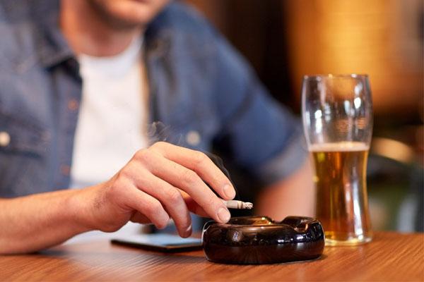 Hôi miệng do dùng rượu bia thuốc lá sẽ hết rất nhanh nên các bạn không cần lo lắng