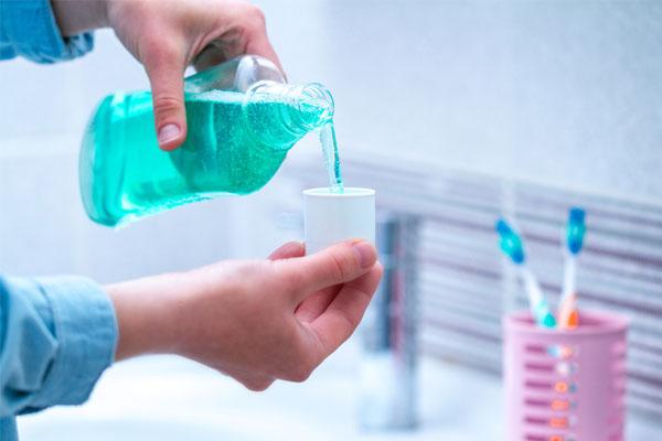Nên đánh răng sau bữa ăn, dùng thêm nước súc miệng dể ngăn ngừa hôi miệng