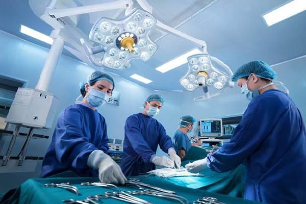 Bác sĩ đang phẫu thuật cho bệnh nhân Gout