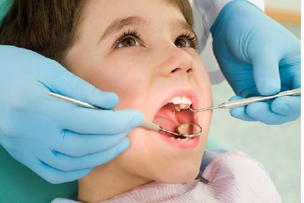 Kiểm tra răng miệng thường xuyên giúp phát hiện sâu răng sớm