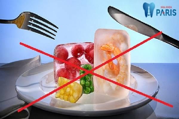 Kiêng ăn đồ ăn quá nóng hoặc quá lạnh để bảo vệ răng lợi