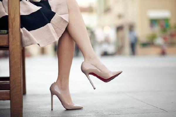 Hạn chế đi giày cao gót phòng suy giãn tĩnh mạch