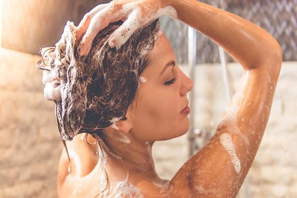 Sử dụng dầu gội trị nấm da đầu Selsun đơn giản