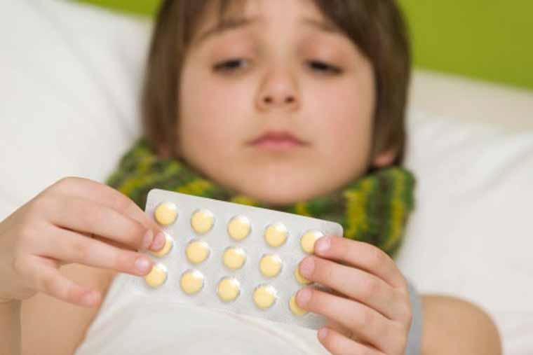 Không nên tự ý mua và sử dụng thuốc kháng sinh trị viêm tai giữa có mủ cho trẻ
