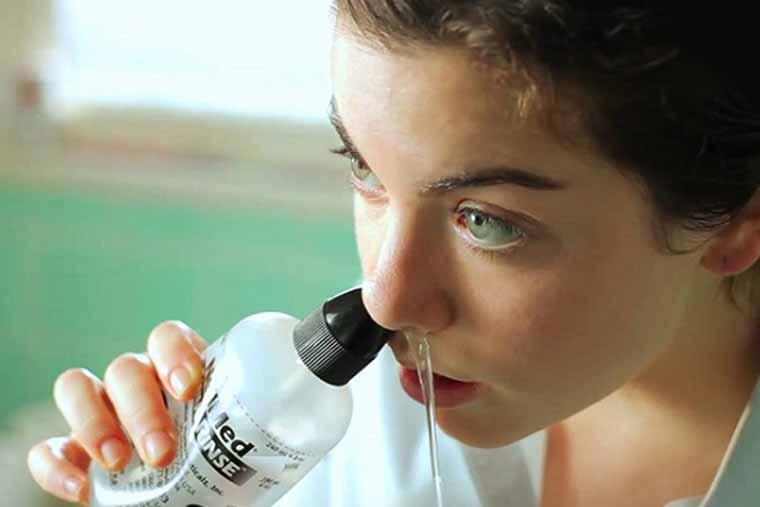Rửa mũi thường xuyên bằng nước muối là cách trị viêm xoang mũi tại nhà hiệu quả