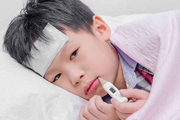 Trẻ bị viêm tai giữa thường có biểu hiện sốt cao