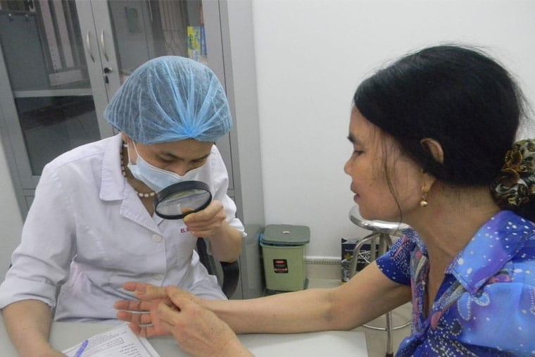 Bệnh nhân chàm khô nên được bác sĩ thăm khám để xác định chính xác tình trạng bệnh
