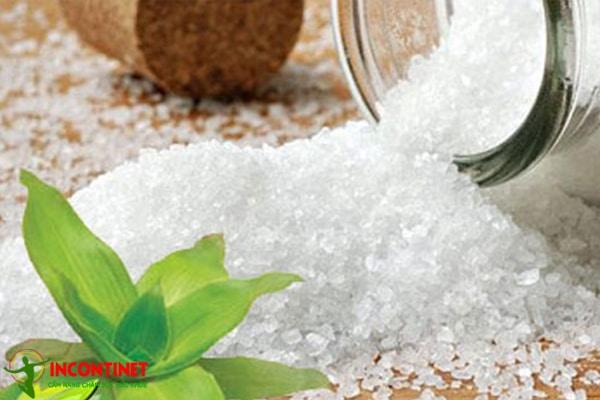 Cách dùng muối hạt + lược vàng trị viêm họng