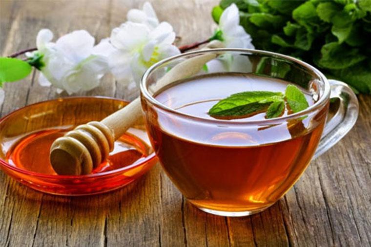 Dùng nước ấm và mật ong trị viêm họng