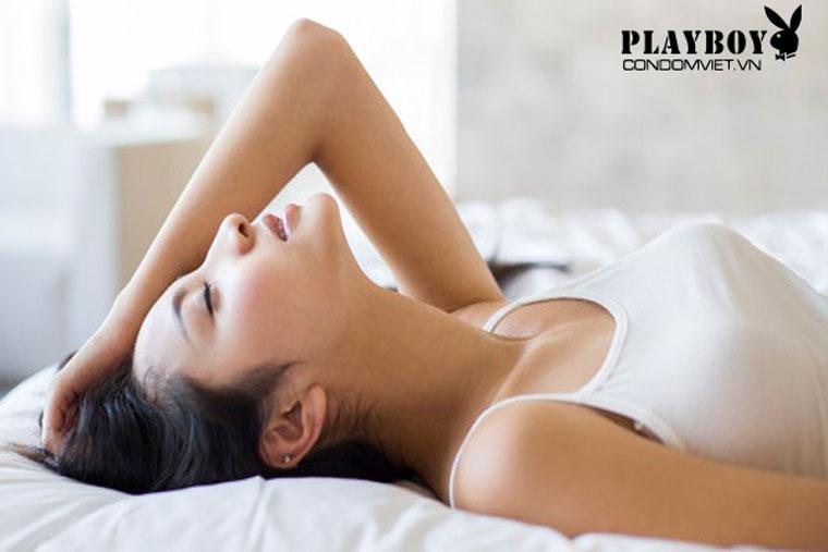 Oxytocin được sinh ra khi đạt được khoái cảm trong cuộc yêu, giúp cơ thể thư giãn, sản sinh năng lượng tích cực và giảm đau hiệu quả