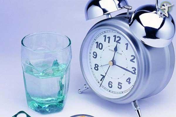 Uống thuốc đúng giờ giúp giảm tình trạng mẩn ngứa do nổi mề đay kéo dài