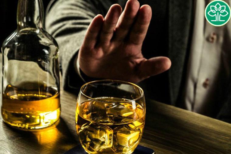 Uống bia rượu sẽ khiến tình trạng sưng tấy ở da lan rộng hơn