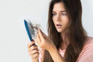 Nguyên nhân chủ yếu gây rụng tóc ở tuổi 18 là do rối loạn nội tiết tố hoặc do lạm dụng hóa chất, thuốc nhuộm tóc