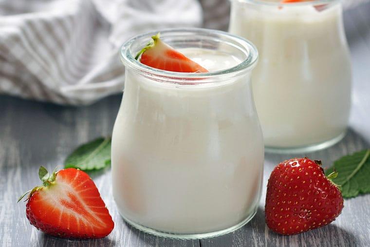 Sữa chua là thực phẩm giàu probiotic rất tốt cho bệnh nhân chàm bội nhiễm