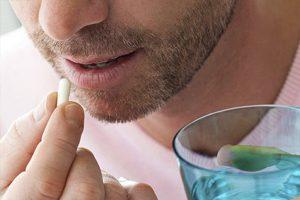 Dùng thuốc điều trị viêm da cơ địa theo chỉ định của bác sĩ