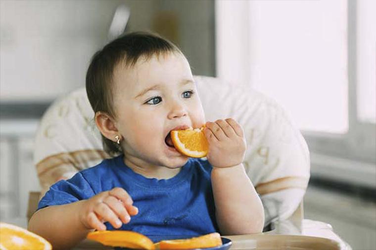 Trẻ em ăn nhiều trái cây, rau xanh để nâng cao đề kháng