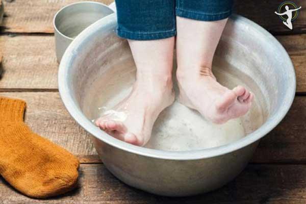 Ngâm vùng da bị ngứa bằng dung dịch muối loãng