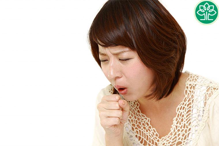 Ho khan là dấu hiệu viêm họng đầu tiên và thường gặp nhất
