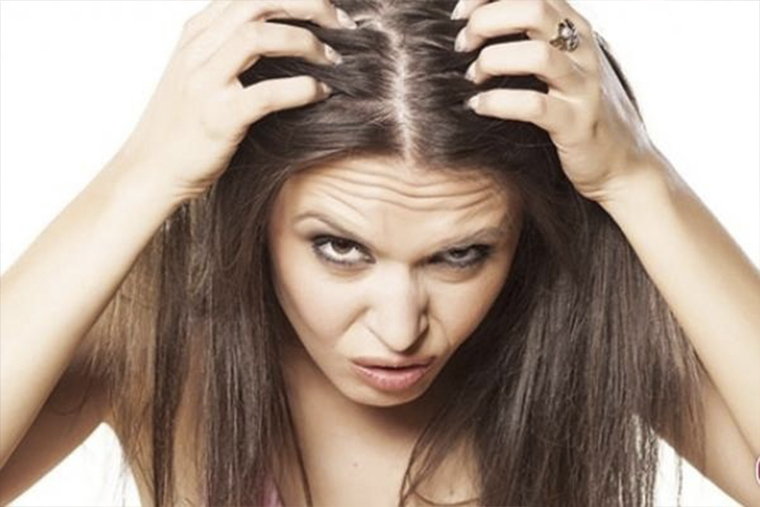 Môi trường ô nhiễm làm cho da đầu bị bẩn, vi khuẩn trú ngụ gây dị ứng