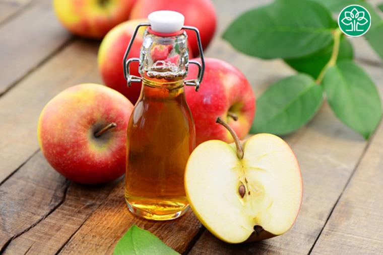 Người bị viêm họng nên ăn nhiều dấm táo, bởi giấm táo có tính sát khuẩn cao