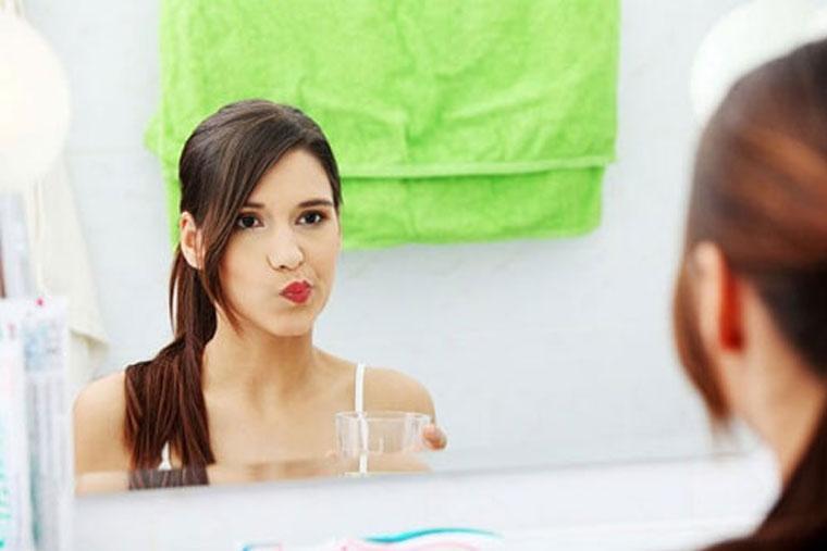 Thường xuyên xúc miệng nước muối là cách phòng tránh viêm họng hiệu quả